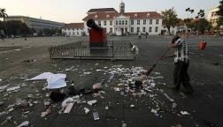 Serakan sampah terlihat di pelataran Kota Tua di hari senin pagi hari.