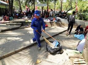 Petugas Kebersihan taman Impian Jaya Ancol, Jakarta. www.beritajakarta.com